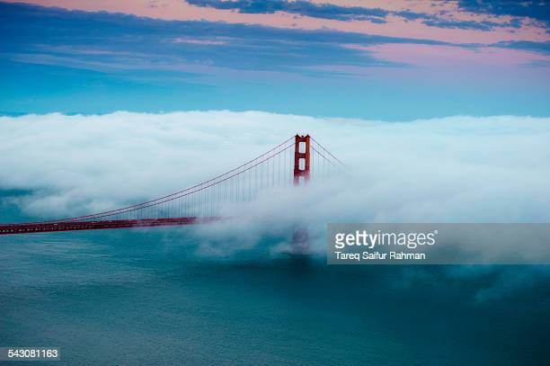 golden gate bridge on cloud - san francisco fotografías e imágenes de stock
