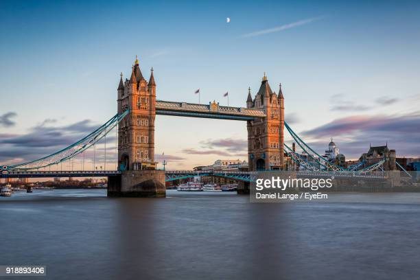 golden gate bridge over river - london england stock-fotos und bilder