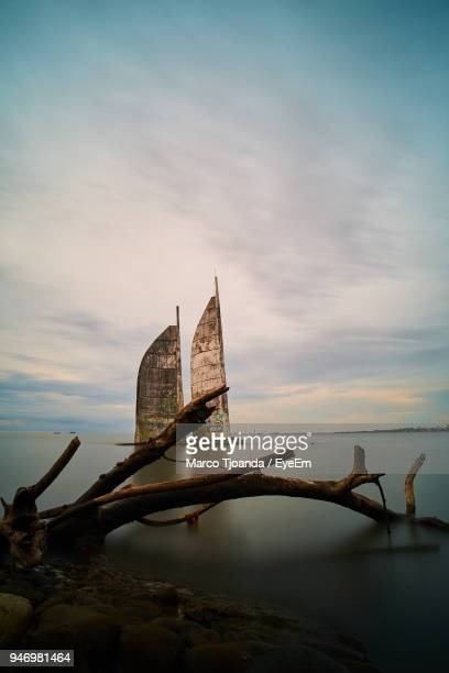 golden gate bridge over sea against sky - makassar stock pictures, royalty-free photos & images