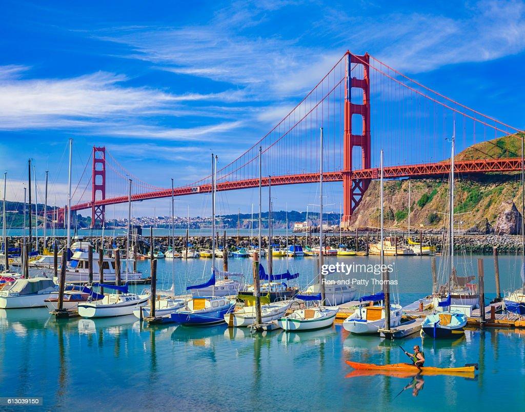 Golden Gate Bridge with recreational boats, CA : Foto de stock