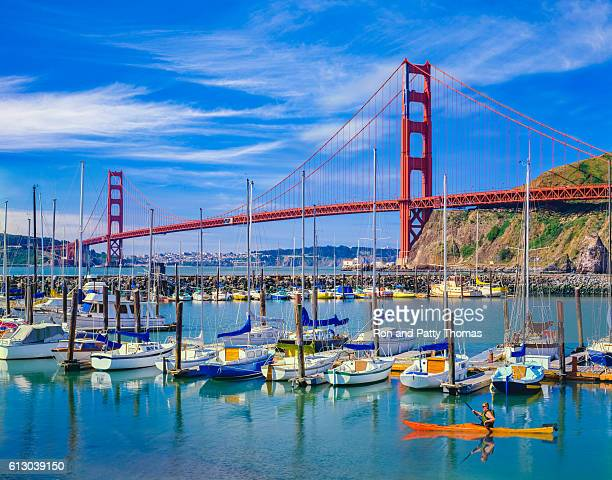 golden gate bridge with recreational boats, ca - san francisco fotografías e imágenes de stock