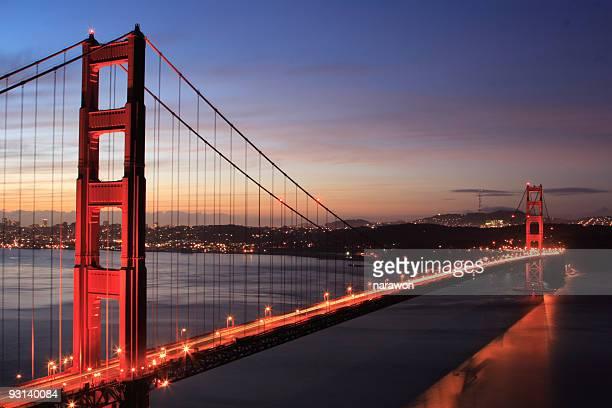 Le golden gate bridge au lever du soleil