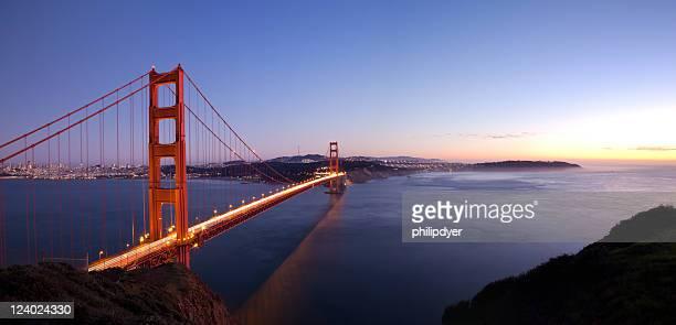 Vue panoramique du Golden Gate au coucher du soleil