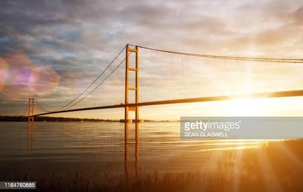 golden hour humber bridge - kingston upon hull fotografías e imágenes de stock