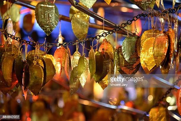 golden leaf at wat inthakhin sadue muang thailand - reyes magos de oriente fotografías e imágenes de stock