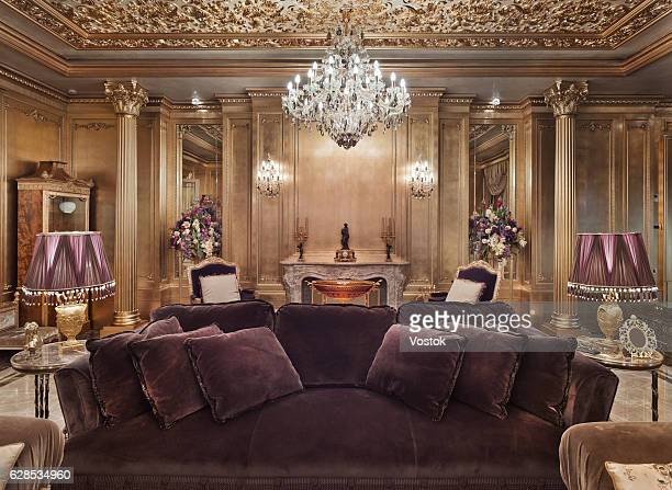 golden luxury living room in the private house - elegantie stockfoto's en -beelden