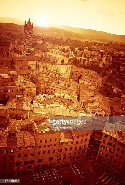 Golden médiévaux de la vieille ville de Sienne panorama Vue aérienne au coucher du soleil