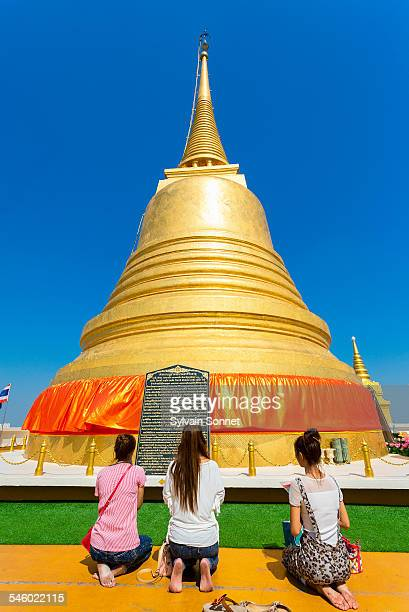 golden mount temple - mulher orando de joelhos imagens e fotografias de stock
