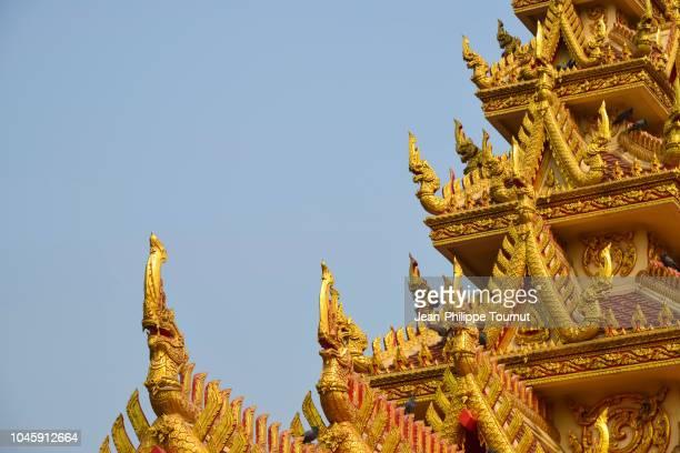 golden ornaments on a pagoda in a thai buddhist temple near ayutthaya, thailand - pagode stock-fotos und bilder