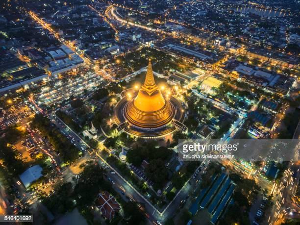 golden pagoda phra pathom chedi sunset of nakhon pathom province asia thailand - sukhothai stockfoto's en -beelden