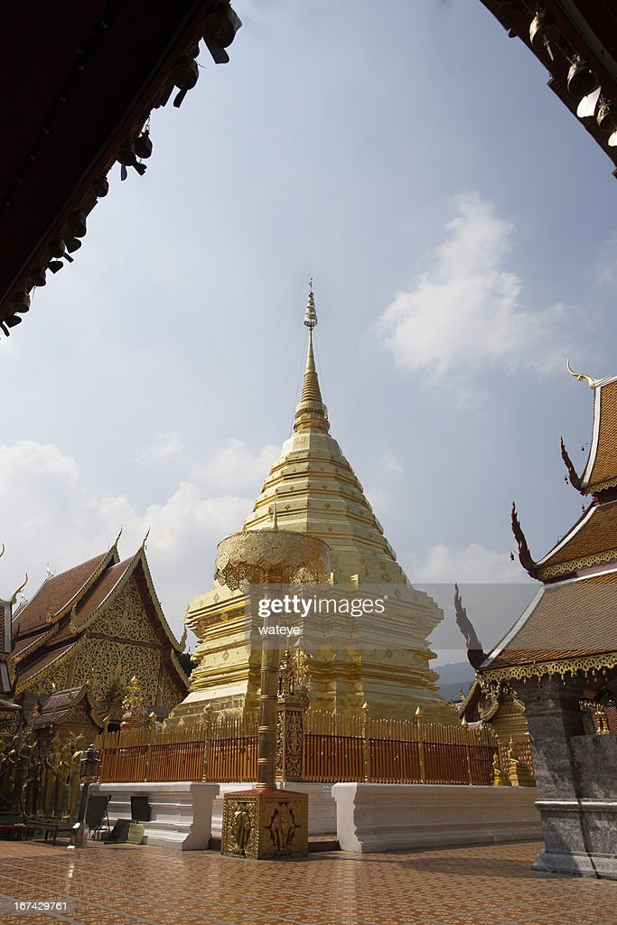 Golden pagoda, Wat Phra That Doi Suthep Temple, Chiang mai : Foto de stock