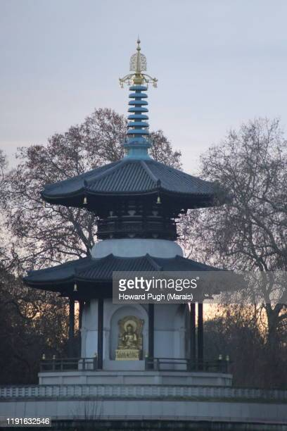 golden peace pagoda - battersea park stock pictures, royalty-free photos & images