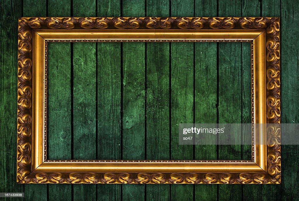 Marco de oro sobre fondo verde : Foto de stock