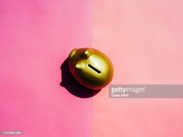 golden piggy bank on pink background. - guido mieth stock pictures, royalty-free photos & images