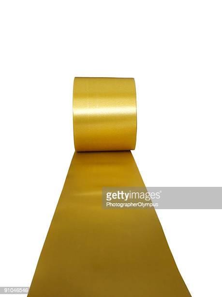 Ruban d'or isolé sur blanc