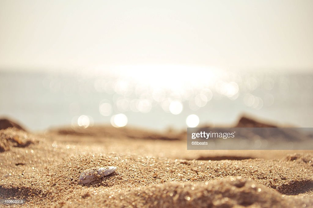 Golden sand with the sea on the background : Foto de stock