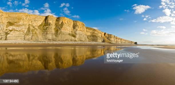 golden spiaggia riflesso - costa rocciosa foto e immagini stock