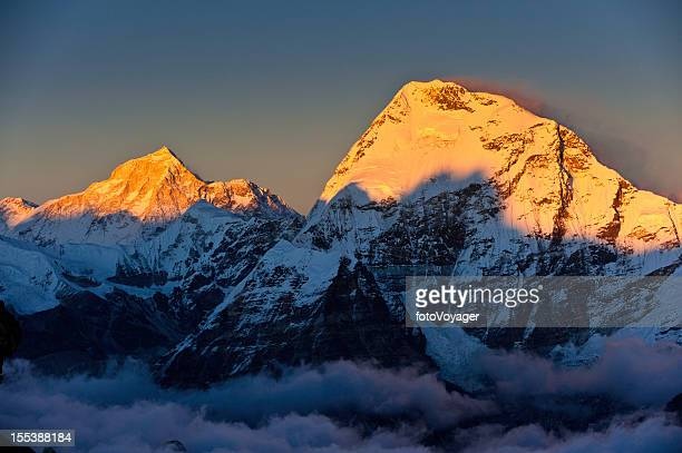 golden snow summit sunset above the clouds himalayas - solu khumbu stock pictures, royalty-free photos & images