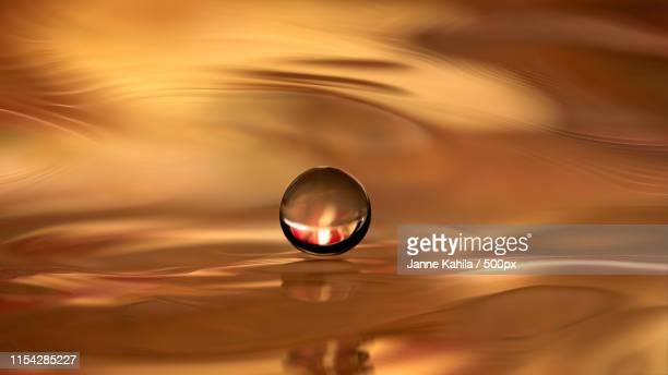 golden sphere - goutte état liquide photos et images de collection
