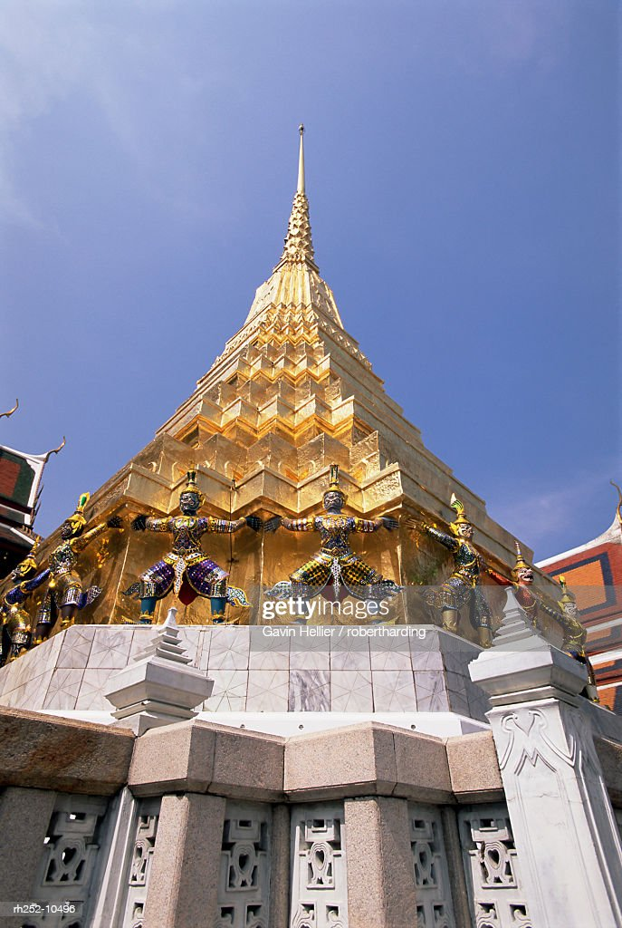 Golden spire, Temple of the Emerald Buddha (Wat Phra Kaew) in the Grand Palace, Bangkok, Thailand, Southeast Asia, Asia : Foto de stock