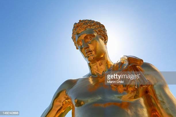 golden statue of a man in peterhof palace - groot paleis peterhof stockfoto's en -beelden
