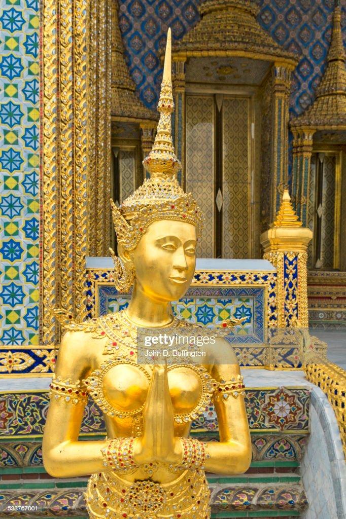 Golden statue outside ornate temple, Bangkok, Thailand : Foto stock