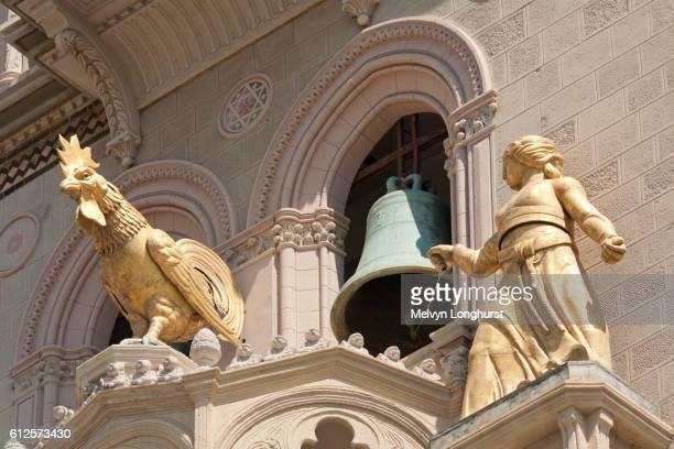 golden statues and bell in bell tower, messina cathedral, piazza del duomo, messina, sicily, italy - klokkentoren met luidende klokken stockfoto's en -beelden