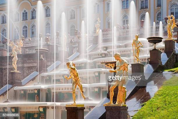 golden statues in garden cascade of peterhof palace, russia - groot paleis peterhof stockfoto's en -beelden