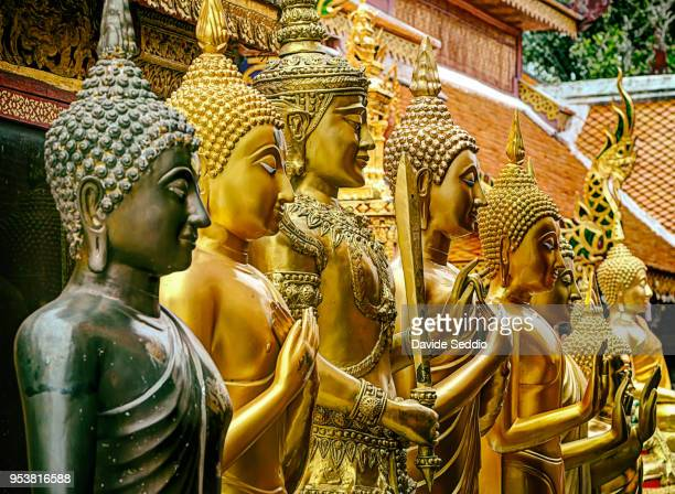 golden statues of buddha at the temple 'wat phra that doi suthep' - provincia di chiang mai foto e immagini stock