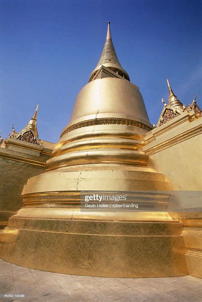 Golden stupa, Temple of the Emerald Buddha (Wat Phra Kaew) in the Grand Palace, Bangkok, Thailand, Southeast Asia, Asia : Foto de stock
