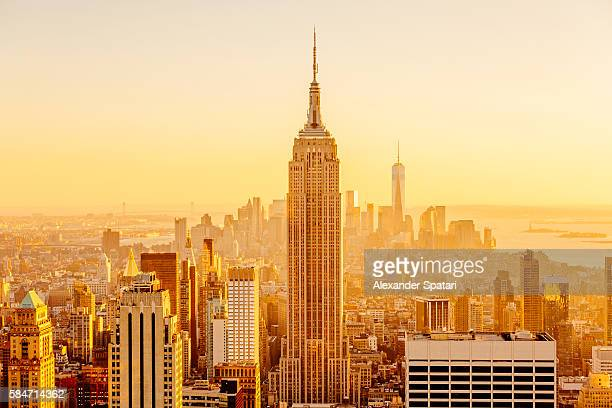 golden sunset in manhattan, new york city, usa - new york city stock-fotos und bilder