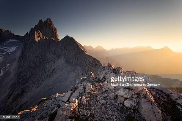 golden sunset in the alps - fels stock-fotos und bilder