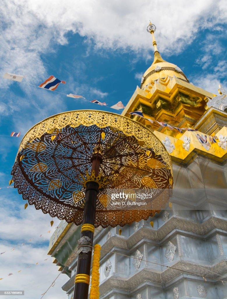 Golden umbrella outside ornate temple, Doi Saket District, Chiang Mai, Thailand : Foto stock
