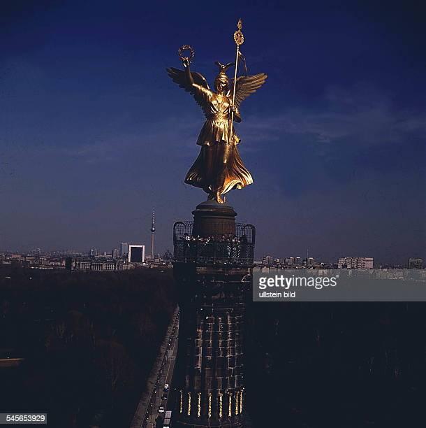 goldene Göttin 'Victoria'im Hintergrund Skyline BerlinDDR 1988