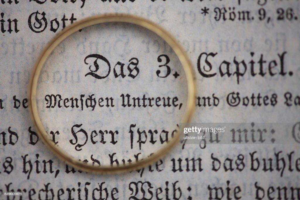 GER, 20120129, Goldener Ehering liegt auf der Heiligen Schrift : News Photo
