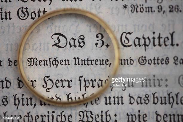 GER Goldener Ehering liegt auf der Heiligen Schrift