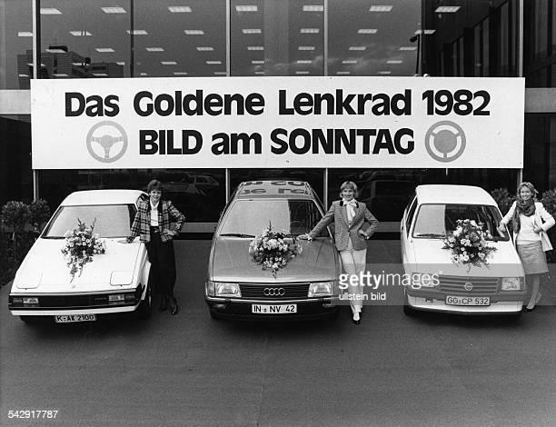 Goldenes Lenkrad 1982Verleihung im Verlagshaus in Berlinpremierte Modelle vl Toyota Celica Audi 100 Opel Corsa