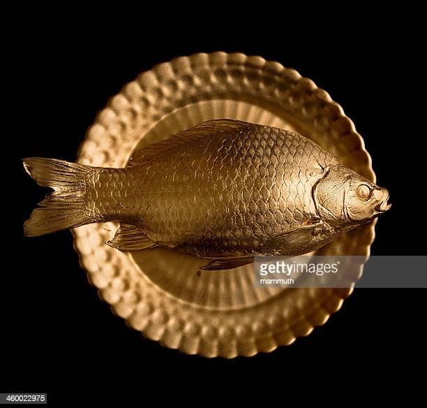 金魚にゴールドのプレート
