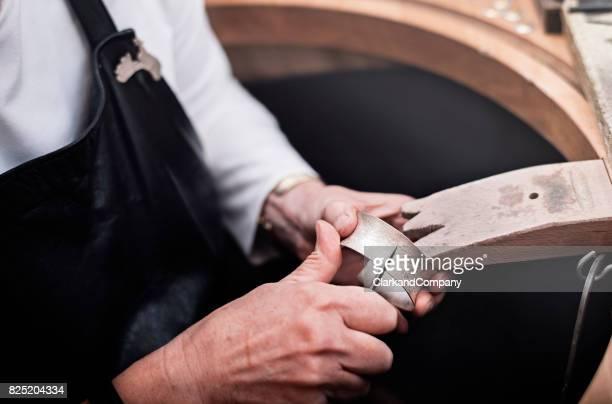 goldschmied bei der arbeit. - armband stock-fotos und bilder