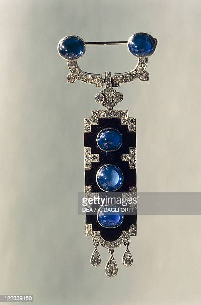 Goldsmith's art 20th century Onyx pendant brooch set with diamonds and cabochon cut sapphires Cartier New York 1920