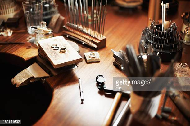goldsmith di workbench - anello gioiello foto e immagini stock
