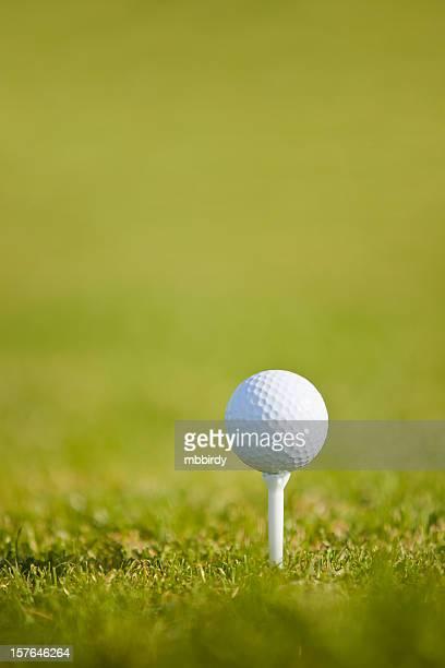 Golfball und tee auf Gras, Abschlagen