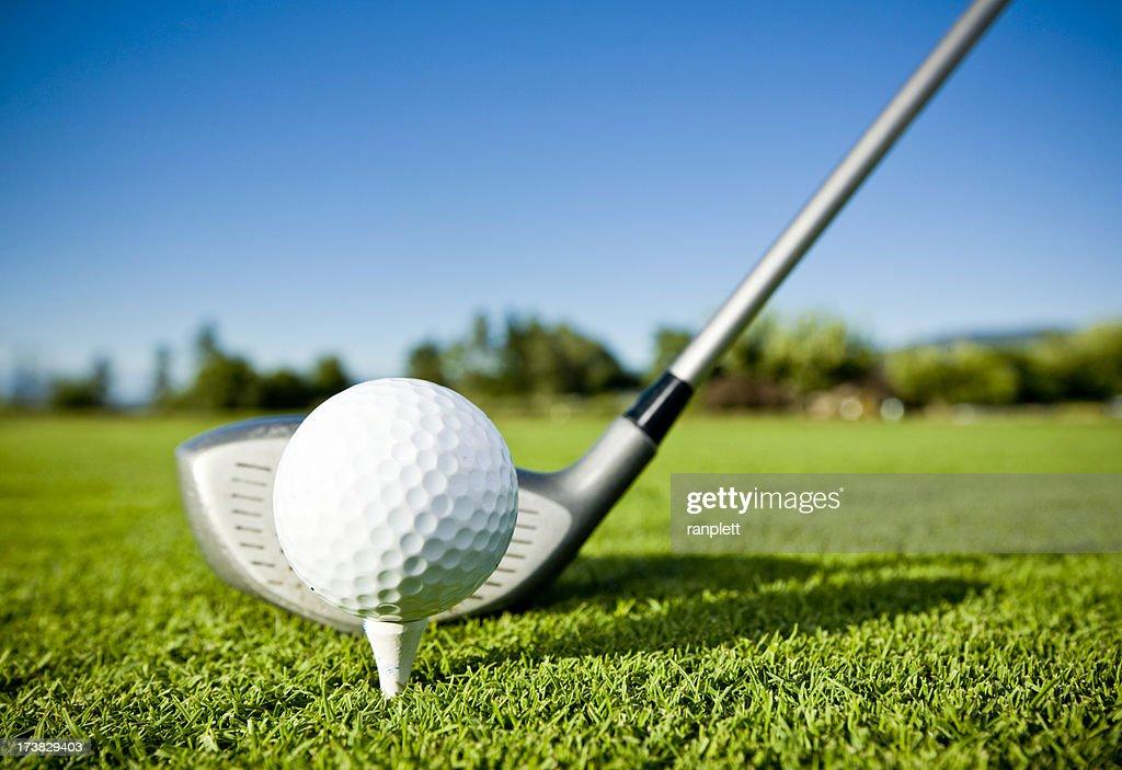 balle de golf sur tee et club de golf sur le parcours de. Black Bedroom Furniture Sets. Home Design Ideas