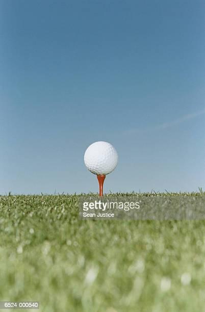 golf ball on tee - ゴルフのティー ストックフォトと画像