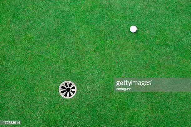 bola de golfe na verde - putting - fotografias e filmes do acervo