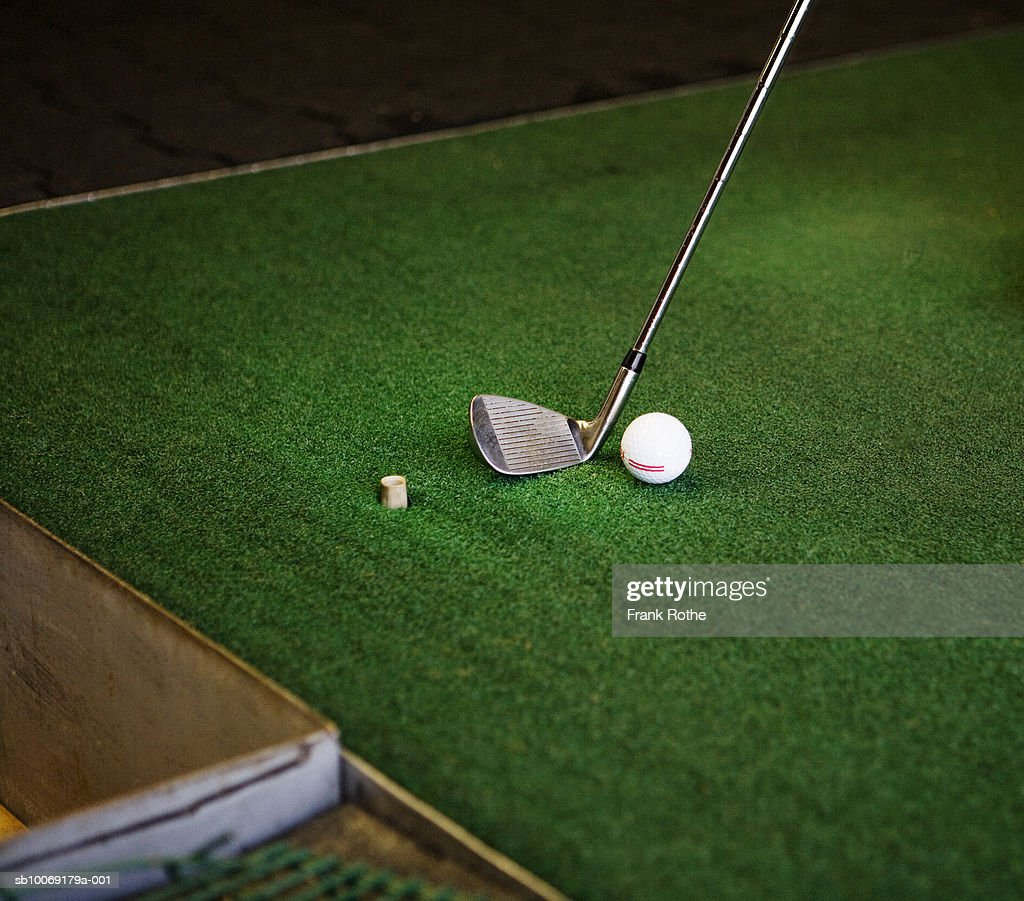 Golf club and ball on green turf, close up : Stockfoto