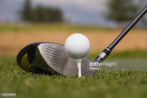 ゴルフクラブとボールを t シャツ - ティーグラウンド ストックフォトと画像