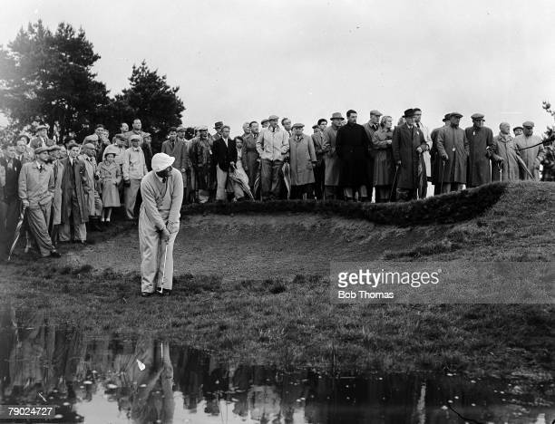 Golf Daks Golf Championship Sunningdale Berkshire South Africas legendary golfer Bobby Locke is pictured chipping onto the green next to a bunker...