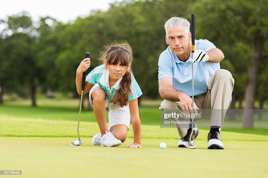 ゴルフインストラクターによる指導法を少女 : ストックフォト