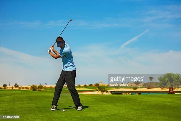 ゴルフ選手打つボール